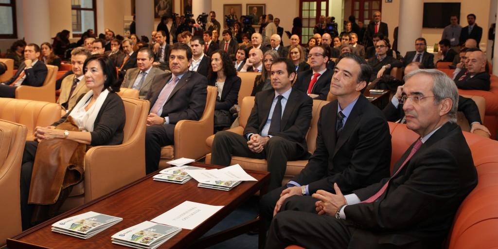 Representantes institucionales y empresariales durante el acto de presentación