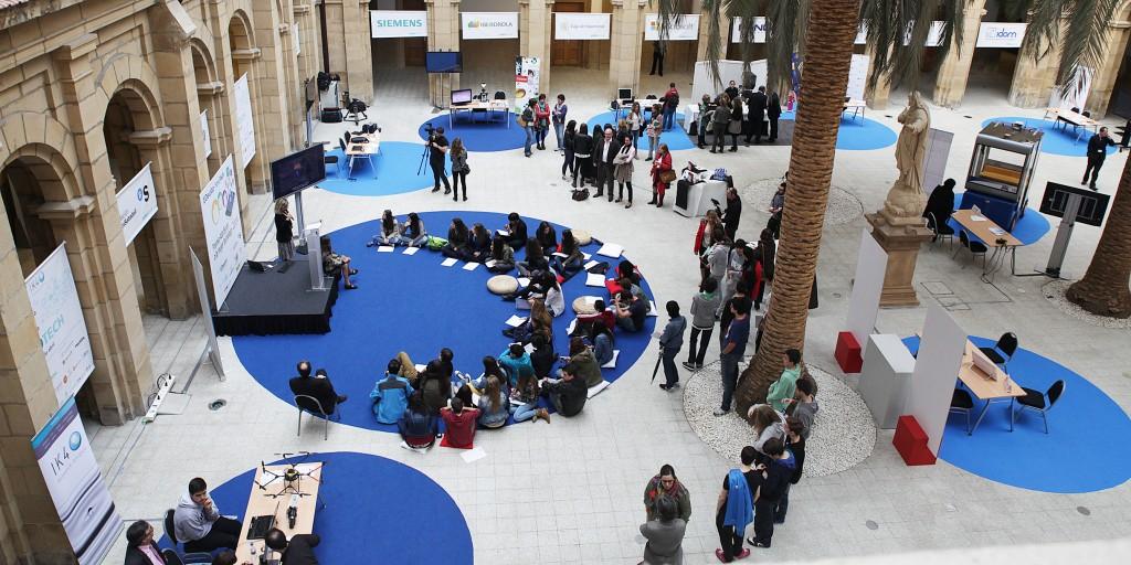 Exposición Tecnológica en el Claustro de la UD. Estudiantes y empresas en diferentes actos.