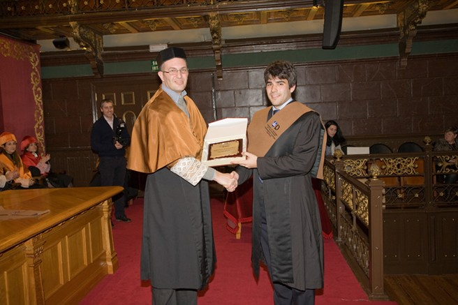 Diego Domínguez recibiendo el premio del COITT de manos de su director de PFG, Javier Vicente
