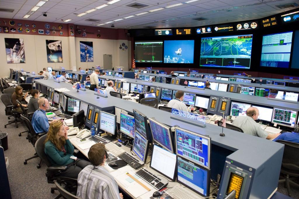 Sala de control de la NASA, donde se generan grandes cantidades de información a analizar. Fuente: Wikipedia.