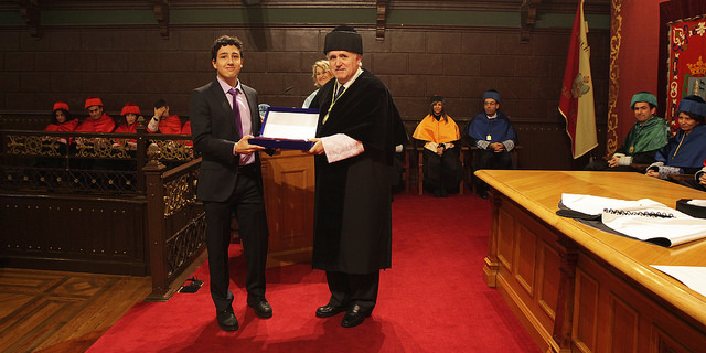 Luis Rodríguez recibiendo el premio de manos del Rector