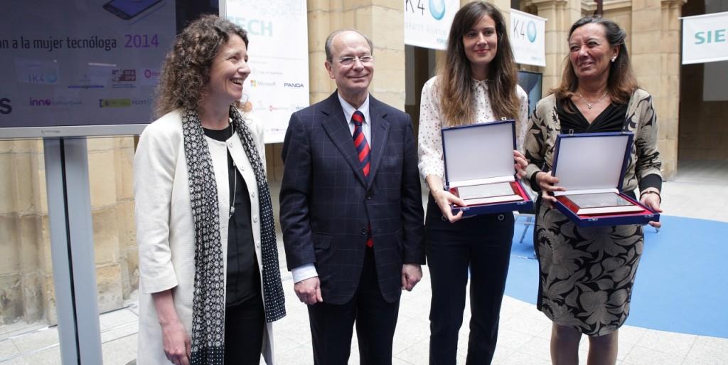 Las premiadas Montserrat Meya Llopart y Andrea Blanco Redondo, acompañadas del alcalde de Bilbao y la decana de la Facultad de Ingeniería de la niversidad de Deusto
